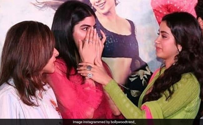 जाह्नवी को गले लगाते ही रोने लगीं खुशी, इमोशनल कर देगा श्रीदेवी की बेटियों का यह Video