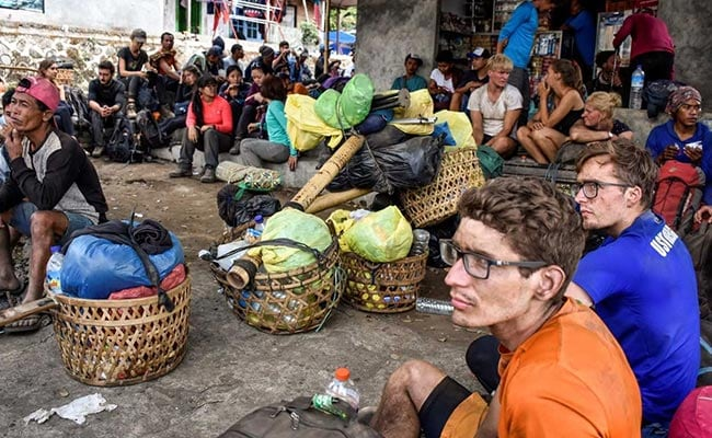 More Than 500 Hikers Evacuated From Indonesian Volcano After Earthquake