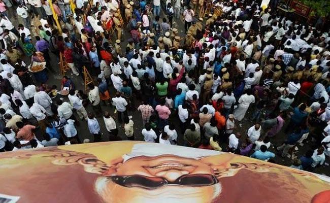 High Court To Hear DMK's Plea On Karunanidhi's Burial At Marina Beach: Updates