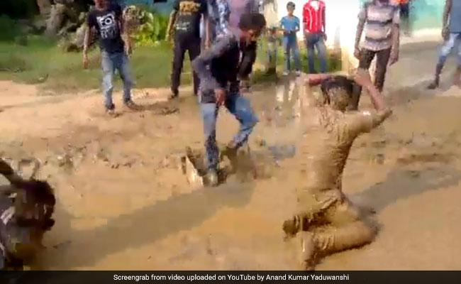 Nag Panchami 2018: डीजे पर लोगों ने किया कीचड़ में Nagin Dance, देखें Viral Video