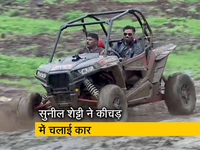 Videos : सुनील शेट्टी ने कीचड़ भरे ट्रैक पर स्पोर्ट्स कार चलाई