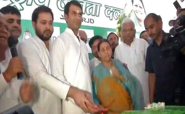 आरजेडी सुप्रीमो लालू प्रसाद यादव को सीएम नीतीश कुमार ने दी जन्मदिन की बधाई, तेज-तेजस्वी काटा 71 किलो का केक