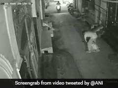 CCTV VIDEO: दिल्ली में बदमाशों के हौसले बुलंद, चोर ने महिला का मुंह दबाकर चेन और मोबाइल छीना
