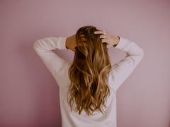 Hair Loss: पुरुषों के मुकाबले 60 प्रतिशत ज्यादा झड़ रहे महिलाओं के बाल, जानें क्या है वजह