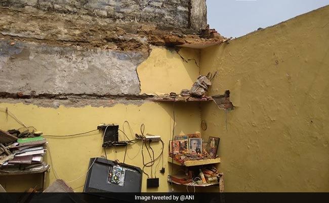 दिल्ली: द्वारका में एक घर गिरने से पति-पत्नी की मौत, 3 घायल