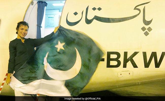 VIDEO: विदेशी लड़की ने पाकिस्तानी झंडे के साथ किया ऐसा डांस, मच गया दुनिया में बवाल
