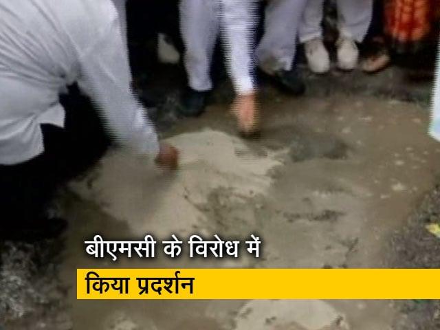 Video : मुंबई : जानलेवा गड्ढ़ों पर सियासत, शिवसेना ने गड्ढ़ा भरकर किया प्रदर्शन