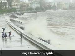 VIDEO : मुंबई में भारी बारिश के साथ आया हाई टाइड, देखें इस मॉनसून की सबसे ऊंची लहरें