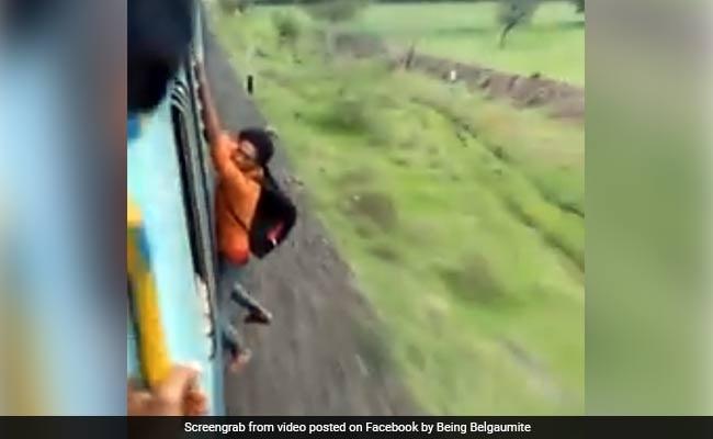 Video: ट्रेन से बाहर खिड़की पर लटका था शख्स, हाथ छूटते ही हुआ ऐसा खतरनाक हादसा
