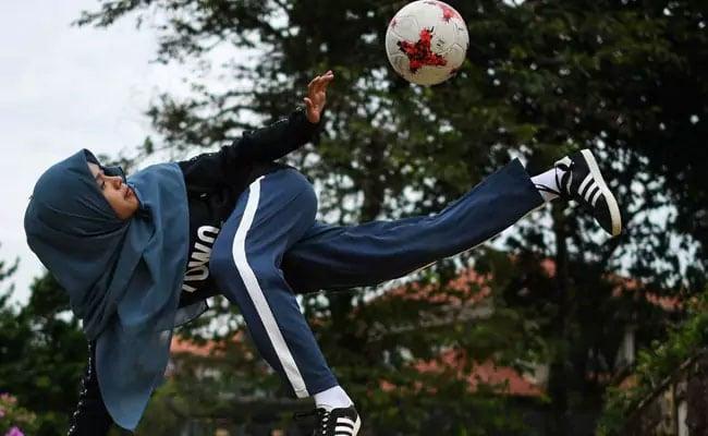 बुर्का पहनकर लड़की ने फुटबॉल के साथ किया ऐसा करतब, जिसने भी देखा रह गया हैरान