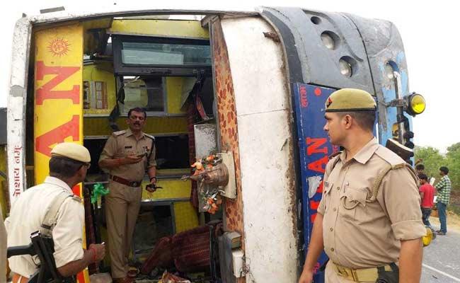 यूपी के मैनपुरी में तेज रफ्तार बस डिवाइडर से टकराकर पलटी, 16 की मौत और 12 घायल, 3 की हालत नाजुक