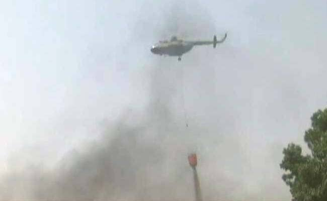 दिल्ली: रबर के गोदाम में लगी आग 16 घंटे बाद भी बेकाबू, एयरफ़ोर्स के हेलीकॉप्टर से हो रहा है पानी का छिड़काव