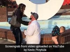 VIDEO: पापा गर्लफ्रेंड को कर रहे थे प्रपोज, बच्चे ने कर डाली ये हरकत