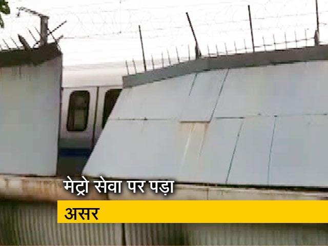 Videos : लाजपतनगर मेट्रो के पास गिरी रेलिंग