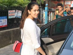 Mom-To-Be Mira Rajput 'Bumps' Into Paparazzi. Then Greets Them With A Smile