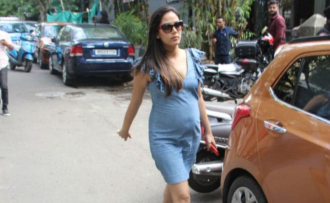 Trending: Mira Rajput's Denim Shift Dress Is Maternity Wardrobe Essential