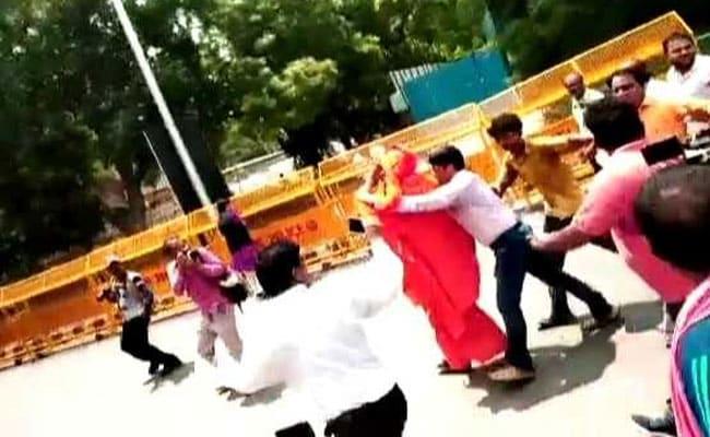 Swami Agnivesh Attacked Near BJP Office In Delhi