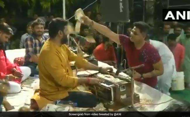 Money Worth Lakhs Showered On Folk Singers In Gujarat. Watch