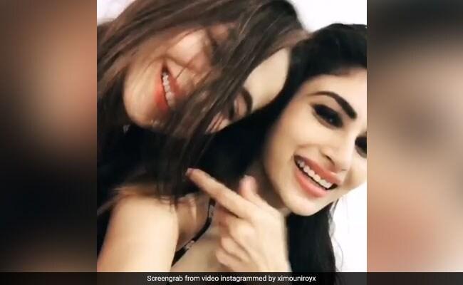 Mouni Roy ने गर्लफ्रेंड के लिए गाया गाना, फिर हो गया कुछ ऐसा; Video Viral