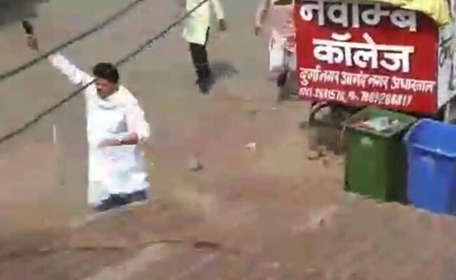 मध्यप्रदेश: हार्दिक पटेल के काफिले पर पथराव, कांग्रेस नेता ने निकाल ली पिस्तौल, VIDEO वायरल
