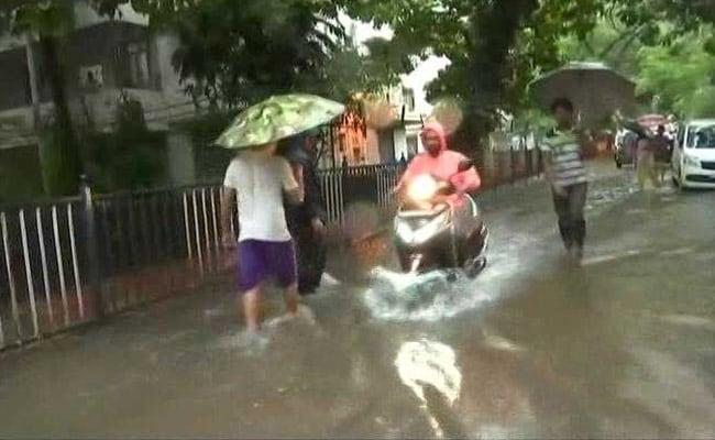 मुंबई में जबरदस्त बारिश : अब तक 2 लोगों की मौत, जल भराव से जाम और लोकल ट्रेनों पर भी पड़ा असर