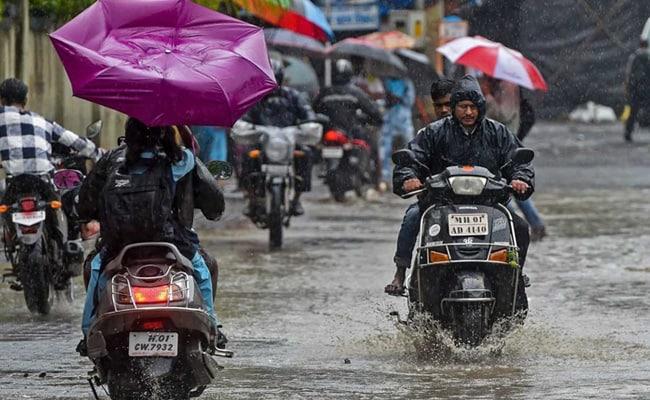 Mumbai Rains: भारी बारिश से मुंबई फिर पानी-पानी, लोकल पर भी पड़ा असर, कई उड़ानें हुईं प्रभावित