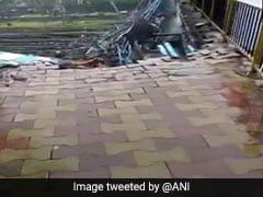 मुंबई: जोरदार बारिश की वजह से अंधेरी रेलवे स्टेशन पर फुटओवर ब्रिज का एक हिस्सा गिरा, कोई हताहत नहीं
