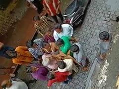VIDEO: बीजेपी नेता की दादागीरी, मामूली विवाद में बुजुर्ग को लाठी-डंडों से दौड़ा-दौड़ाकर पीटा
