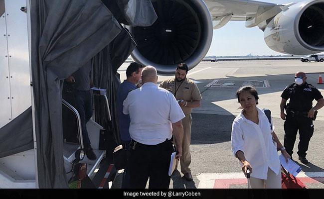 अमीरात एयरलाइन का विमान 19 बीमार यात्रियों के साथ न्यूयार्क में उतरा