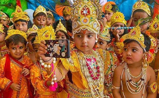Krishna Janmashtami: देश भर में जन्माष्टमी की धूम, बच्चों ने लिया नटखट नंदलाल का रूप