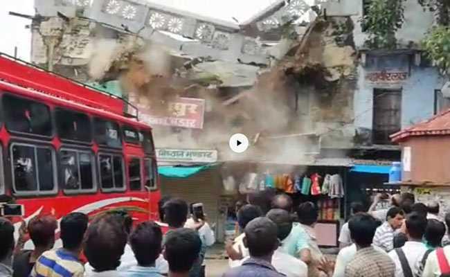 मंदसौर : ताश के पत्ते की तरह भरभराकर धराशायी हो गई दो मंजिल की इमारत, देखें- VIDEO