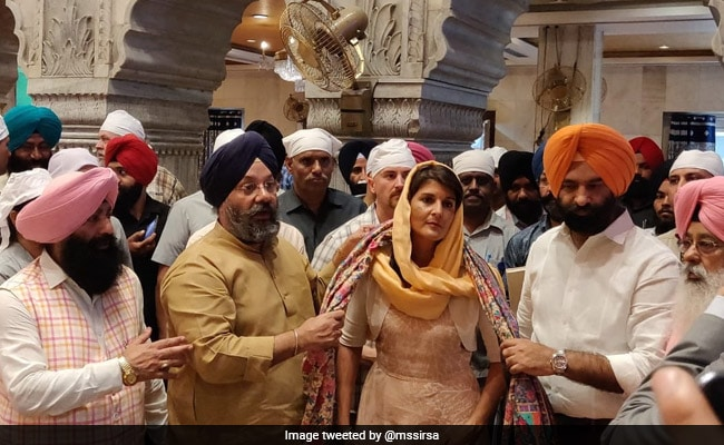 Nikki Haley rolls chapatis at Delhi gurudwara Photogallery