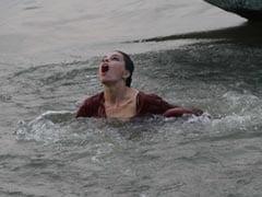 गंगा नदी में डूब रही थी ये एक्ट्रेस, बीच नदी तड़पती दिखी तो डायरेक्टर ने किया ये काम...देखें Photo
