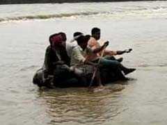 उफनती नदी में ट्यूब पर बैठकर जान जोखिम में डालने वालों की नैया कौन लगाएगा पार?
