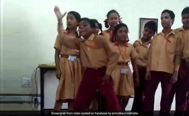 'Daru Badnaam' पर बच्चे ने किया ऐसा डांस, पीछे खड़ी क्लास की लड़कियां भी मारने लगीं सीटियां