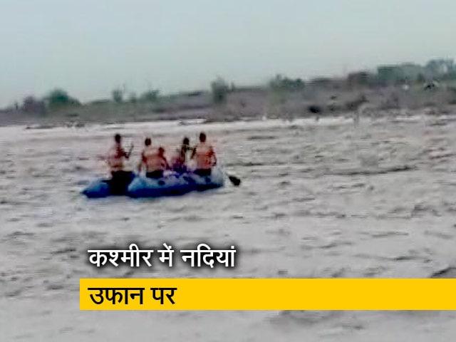 Videos : तवी नदी में फंसे युवकों को बचाया गया