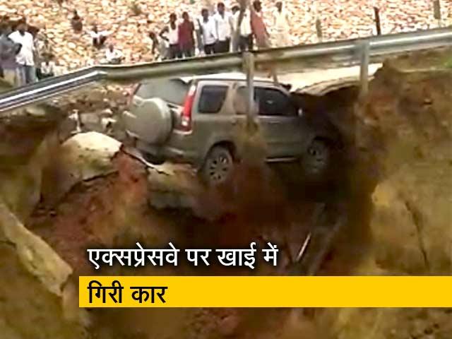 Videos : आगरा-लखनऊ एक्सप्रेसवे पर मिट्टी धंसने से अचानक खाई में गिर गई कार