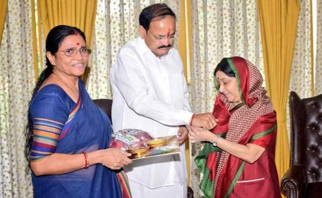 सुषमा स्वराज ने वेंकैया नायडू को बांधीं राखी, PM मोदी और राष्ट्रपति कोविंद ने बच्चों संग मनाया रक्षाबंधन, देखें खूबसूरत तस्वीरें