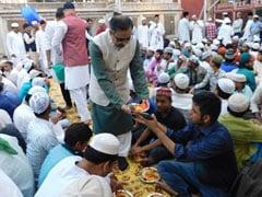 पाकिस्तानी उच्चायुक्त हजरत निजामुद्दीन औलिया दरगाह की इफ्तार में शामिल हुए