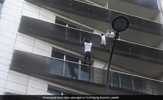 बच्चे को बचाने के लिए शख्स बना 'SpiderMan', कुछ इस तरह चढ़ गया बिल्डिंग पर