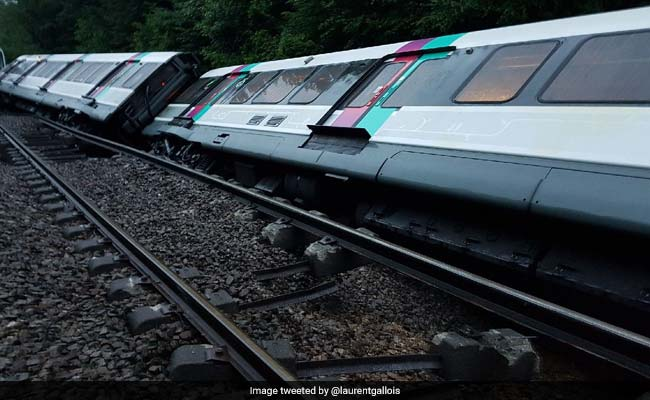 Paris Suburban Train Overturns, 7 Slightly Injured