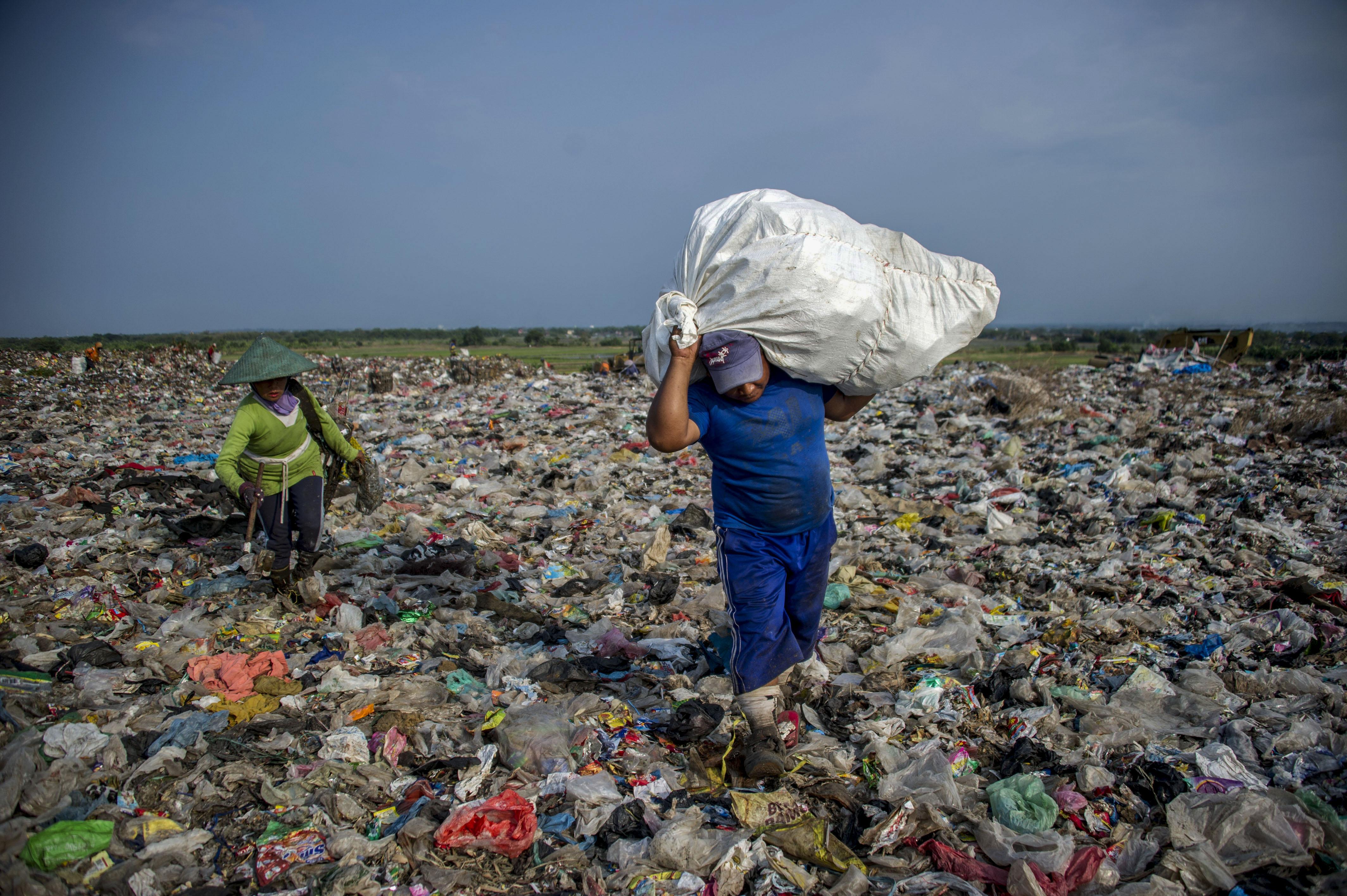 भारत में पाकिस्तान और बांग्लादेश से आ रहा है 55 हजार मीट्रिक टन प्लास्टिक कचरा - रिपोर्ट