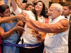 इंडोनेशिया में दिखा PM मोदी का क्रेज, साथ सेल्फी लेने की मची होड़