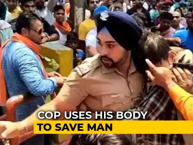Video : Sikh Police Officer Who Saved Muslim Man From Mob Is Hero On Social Media