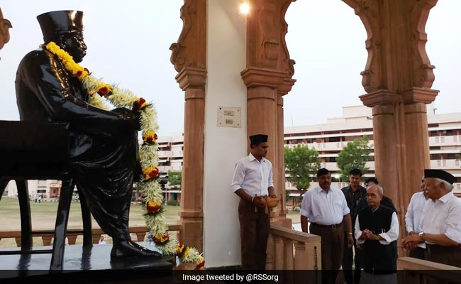 pranab mukherjee offers homage at the statue of rss founder 650