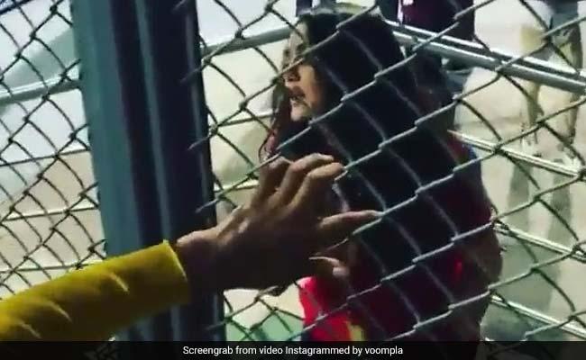 प्रीति जिंटा को फैन्स से मिला गिफ्ट, तो बदले में कुछ ऐसे किया फ्लाइंग KISS... देखें वीडियो