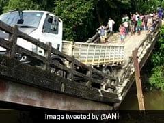 पश्चिम बंगाल में 4 दिन के भीतर दूसरा पुल गिरा, टूटे ब्रिज पर यूं लटक गया ट्रक