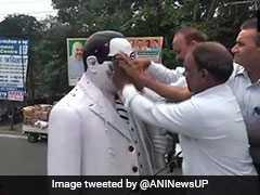 बीजेपी नेता ने अंबेडकर की मूर्ति को माला पहनाया, तो दलितों के समूह ने दूध और गंगाजल से किया शुद्ध