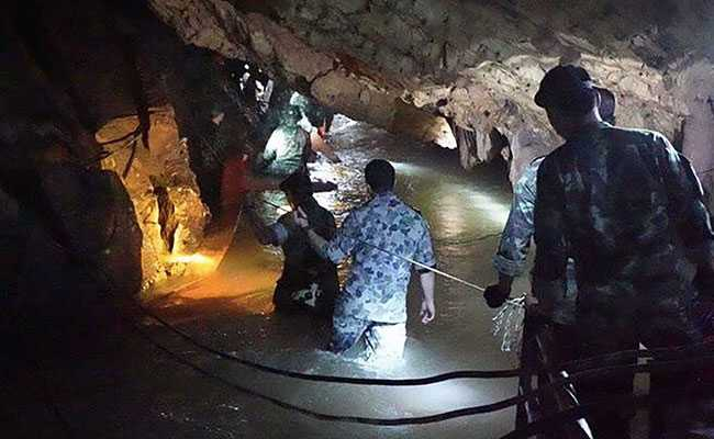 Queen Elizabeth Gives Bravery Award To 4 Divers For Thai Cave Rescue