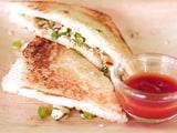 इस आसान तरीके के साथ घर पर बनाएं प्रोटीन रिच पनीर सैंडविच (Recipe Video Inside)